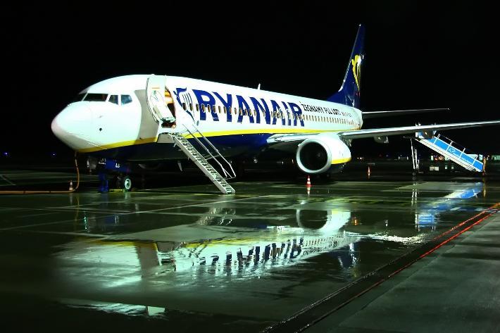 Ryanair-B737 at night