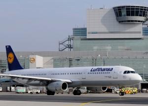 Lufthansa Airbus A320-100 vor dem neuen Bodenkontroll-Tower am Terminal A