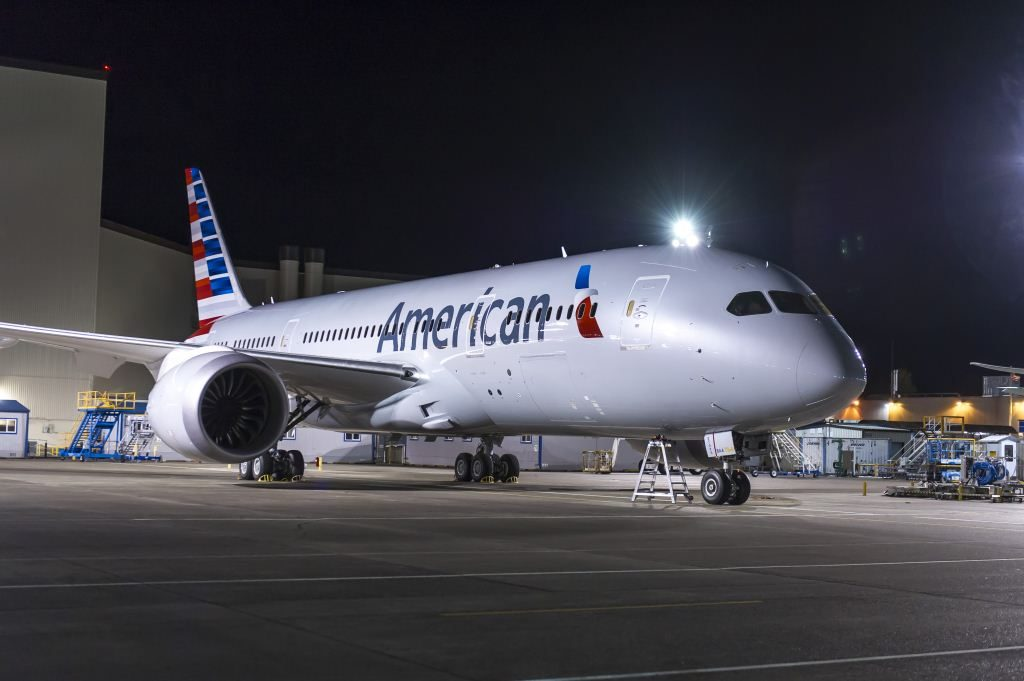 american-boeing-787-8-at-night-american-airways