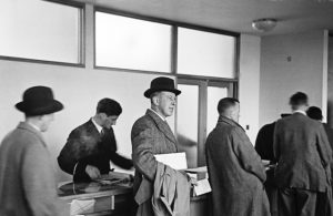 passengers-checking-in-at-dublin-airport-1946_med