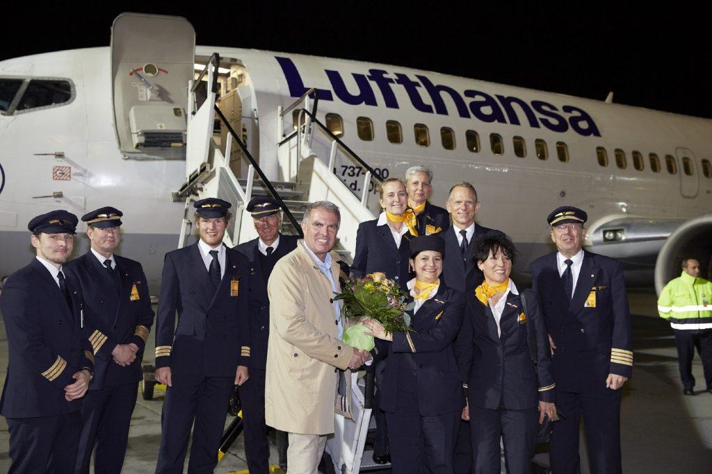 Der letzte Linienflug einer Boeing /§/ bei der Lufthansa. Carsten Spohr überreicht Blumen an die Crew.. Frankfurt, den 29.10.2016